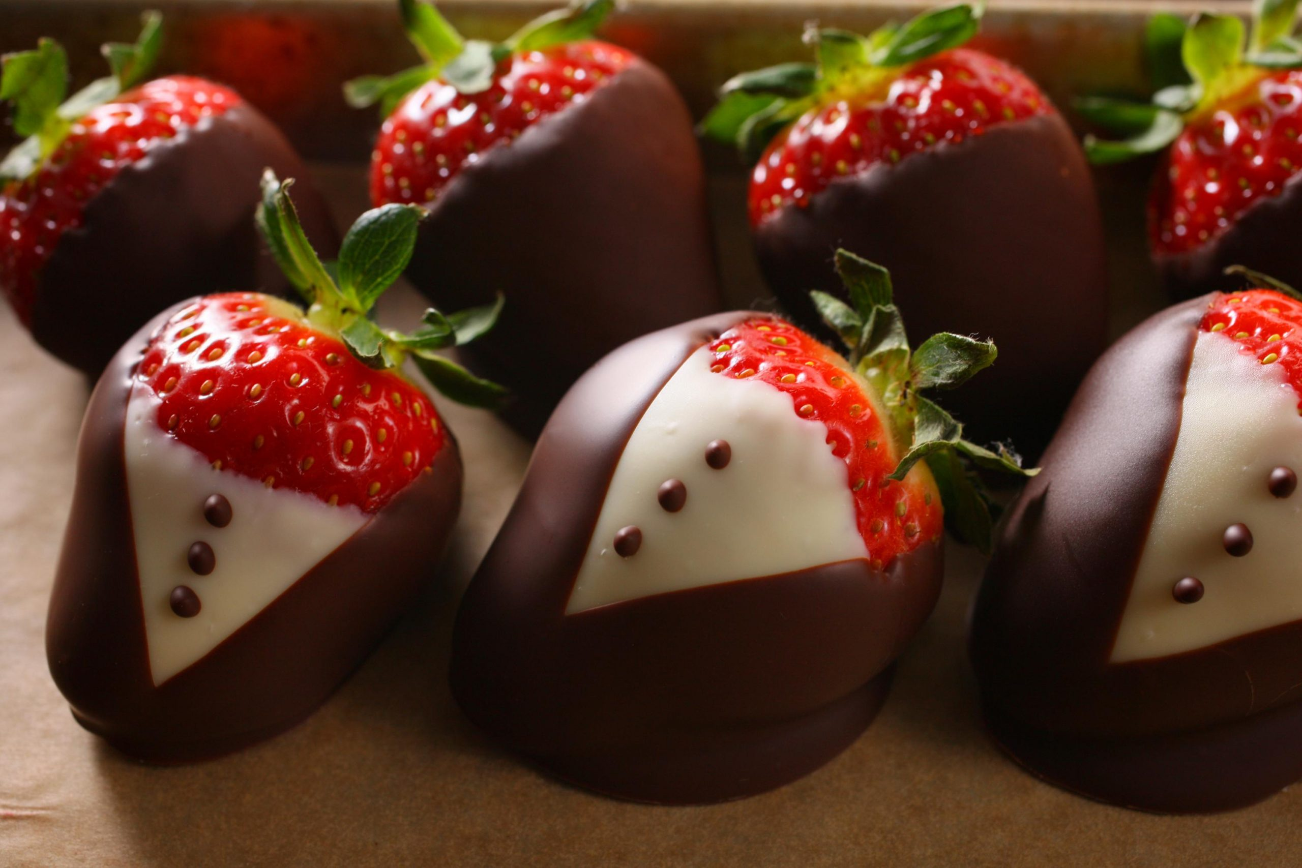HOW TO MAKE CHOCOLATE COVERED STRAWBERRIES.